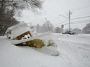 Severovýchod Spojených států zasáhla další sněhová bouře, kvůli níž byly ve středu zrušeny tisíce letů a desetitisíce domácností přišly o dodávky elektrického proudu.