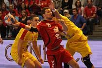 Tomáš Babák (v červeném) se snaží prosadit proti Makedonii.