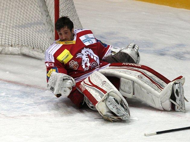 Brankáře Třince Šimona Hrubce zasáhl proti Spartě puk do oblíčeje a musel střídat.