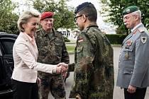 Ministryně obrany Ursula von der Leyenová hasí skandál s teroristy ve vlastních řadách.