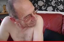 Devětapadesátiletý politik John Langley několik desetiletí pracuje jako pornohvězda.