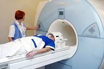 Pacientům s poruchou srdečního rytmu, kteří kvůli jiným nemocem musejí chodit na magnetickou rezonanci, dávají v Nemocnici Na Homolce kardiostimulátory, s nimiž toto vyšetření mohou absolvovat.