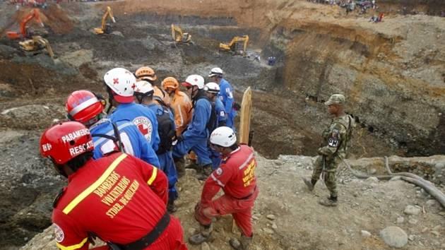 Úřady se snaží zachránit až 30 lidí, kteří zůstali uvěznění pod zemí na jihozápadě Kolumbie, kde se propadla část zlatého dolu, v němž prováděli nelegální těžbu.