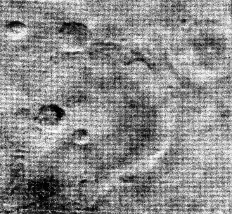 První snímky Marsu, které lidstvo získalo v roce 1964, byly černobílé a zrnité.