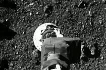 Sonda Osiris-Rex dosedá na vzdálený asteroid Bennu, aby z něj odebrala vzorky k pozemskému výzkumu