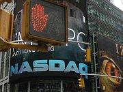 Obchodník telefonuje před burzou v New Yorku. Burzy čekaly, zda bude pro ztrátové banky schválena dotace 700 miliard dolarů.