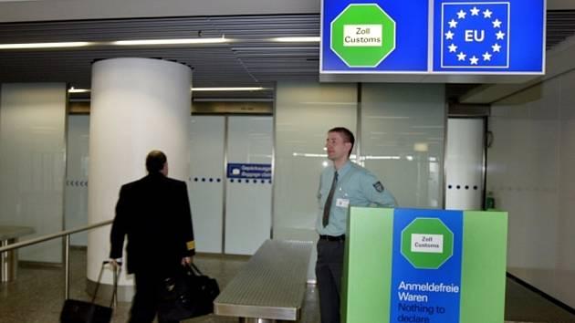 Kontrola na letišti ve Frankfurtu. Ilustrační foto.