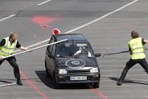 Bezpečnostní agenti bojují tyčemi s řidičem, který červenou barvou znečistil okolí místa, kde ve čtvrtek v Berlíně promluví Barack Obama.