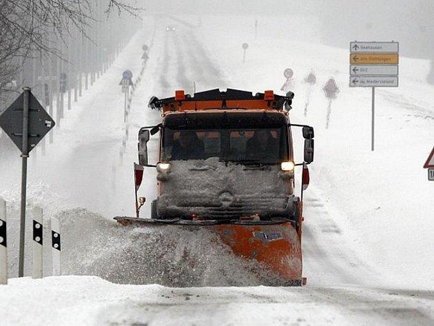 Se silným sněžením se potýkají silničáři v Rakousku a Bavorsku. Tam si dopravní nehody v neděli vyžádaly životy dvou mladíků.
