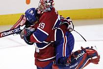Radost montrealských hráčů byla pochopitelná. Na snímku Mike Komisarek v objetí brankáře Cristobala Hueta.