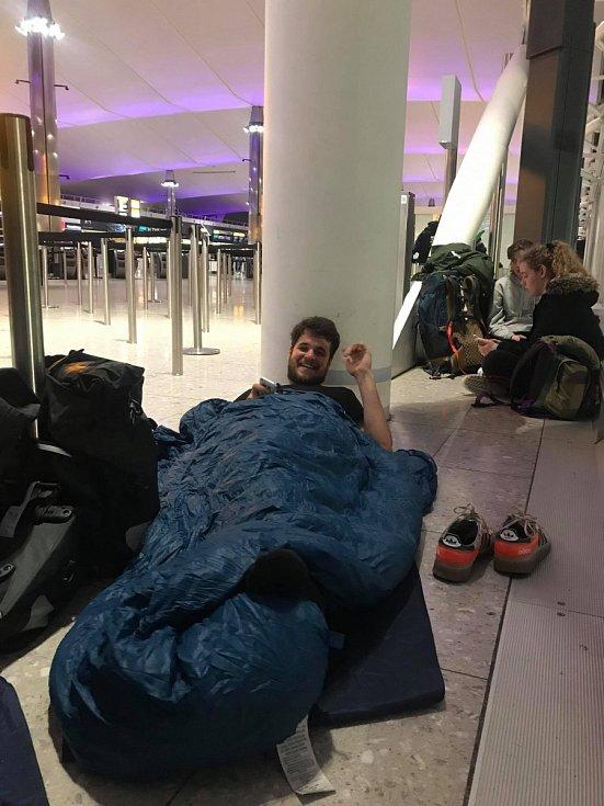 Nocování na letišti v Londýně.