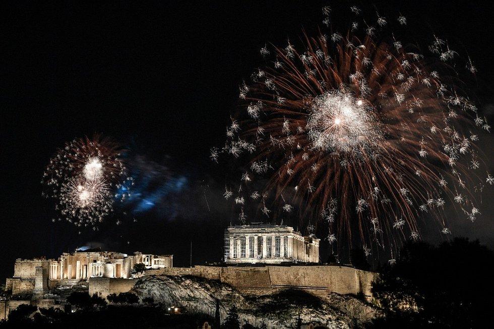 Novoroční ohňostroj nad Akropolí v řeckých Athénách