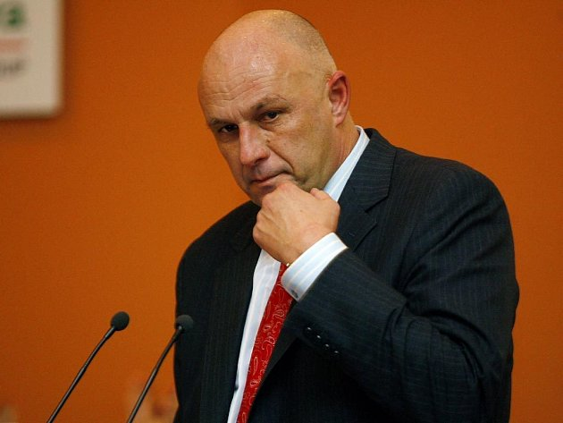 Vláda neschválila balíček čtyř reformních zákonů ministra zdravotnictví Tomáše Julínka. Jednání o nich kabinet Mirka Topolánka musel kvůli výhradám menších koaličních odložit, vrátí se k nim na některém z dalších zasedání.