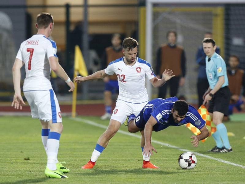 Čeští fotbalisté (zleva) Jaromír Zmrhal a Filip Novák proti San Marinu.