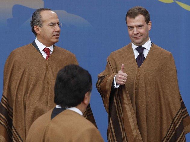 Státníci v Limě na sebe navlékli peruánská ponča. Medveděv gestikuluje k peruánskému prezidentovi Alanu Garcíovi, vlevo je mexický prezident Felipe Calderon.