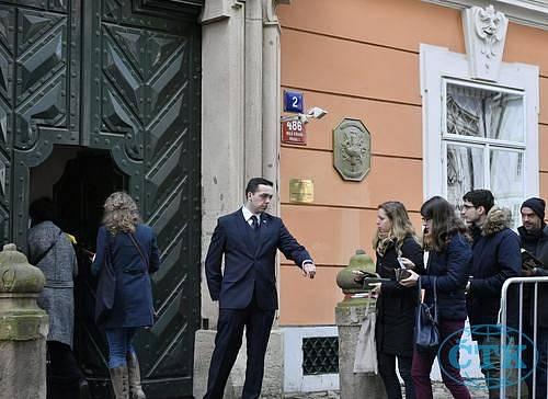 Fronta voličů před ambasádou v Praze