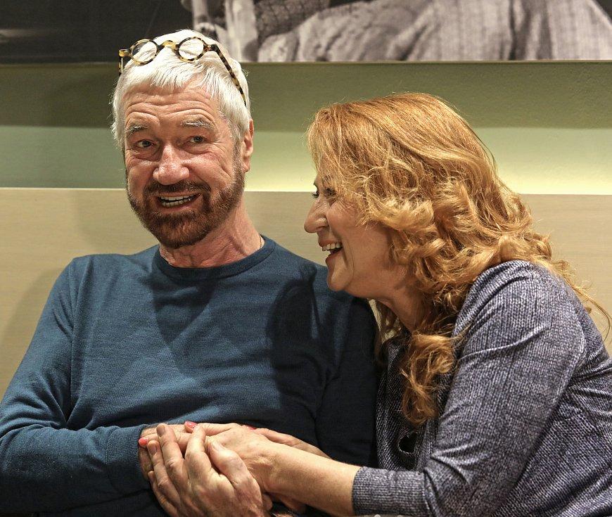 Shirley Valentine slaví rekordních 650 repríz. Herečka Simona Stašová a autor hry Willy Russell v divadle ABC.