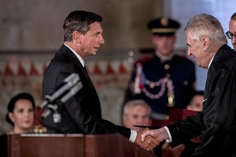 Prezident Miloš Zeman na státní svátek 28. října předával státní vyznamenání ve Vladislavském sále Pražského hradu. Borut Pahorov