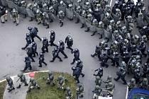 Běloruská policie blokuje demonstrantům ulici v Minsku