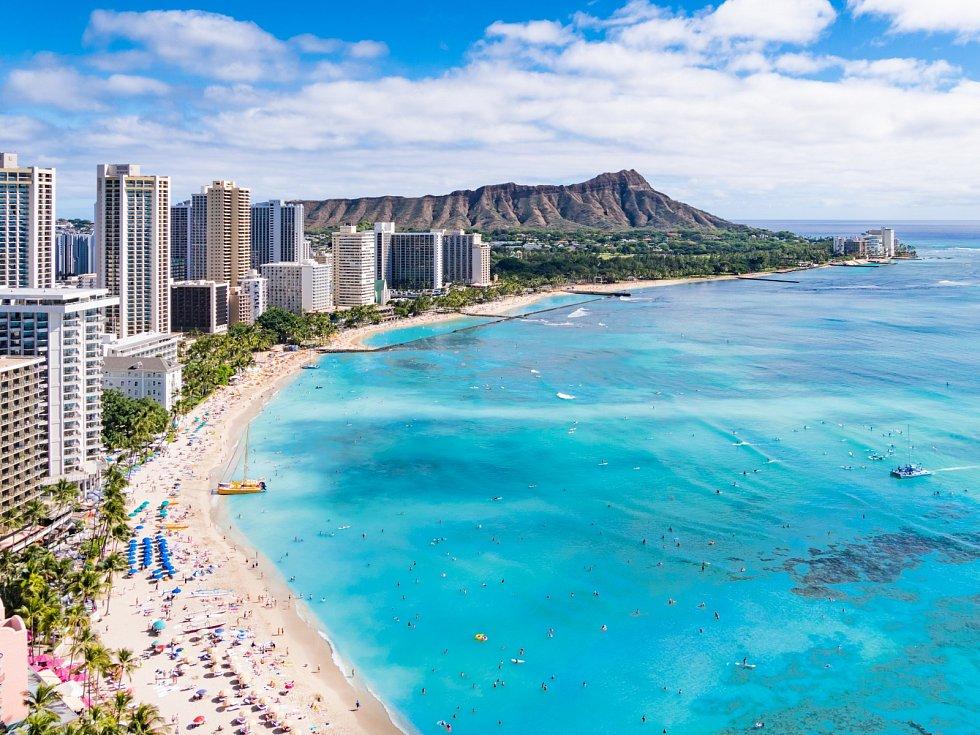 Waikiki Beach v centru Honolulu má největší počet návštěvníků na Havaji