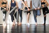 Pilates, tabata, bodystyling, salsa, jóga, port-de-bras, jumping, zumba, power jóga. Vyberte si podle toho, jaký typ lekcí vás baví, a podle toho, zda se potřebujete uvolnit, protáhnout, nebovybít energii.