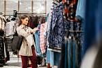 Obchody jsou přesycené oblečením.