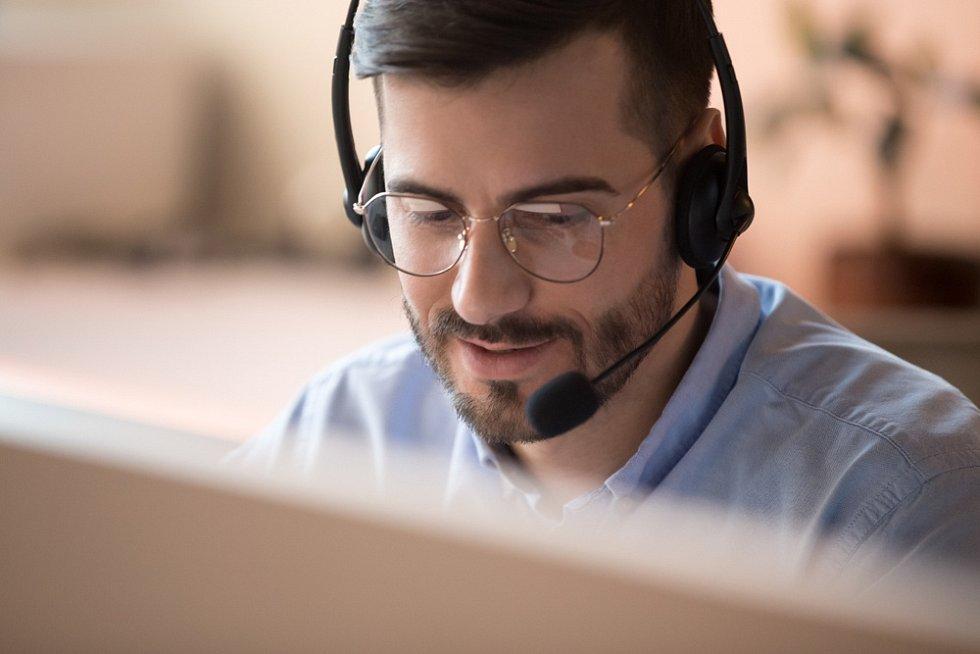 Telemarketing, prodej po telefonu, call centrum - ilustrační foto