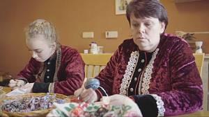 Reportáž z tradičního vyškrabávání kraslic ve Vacenovicích na Hodonínsku. Na starší malérečky navazují třeba středoškolačky Adéla Bábíková a Anna Příkazská.