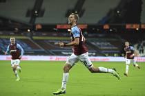 Tomáš Souček z West Ham se raduje z gólu.