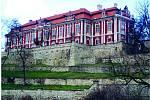 Impozantní rokokový zámek Steklík ve stejnojmenné vesnici pochází z roku 1539.