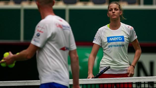 Karolína Plíšková a kapitán Petr Pála na tréninku fedcupového týmu.