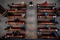 Lidé na mši v jednom z německých kostelů