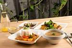 Jídlo ve veganské restauraci Loving Hut