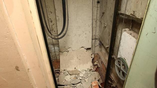 V litvínovském paneláku se zřítil výtah.