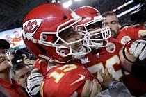 Hráč Kansas City Chiefs Patrick Mahomes (vlevo) se raduje se spoluhráči z vítěství ve finále Super Bowlu v Miami nad San Franciscem.