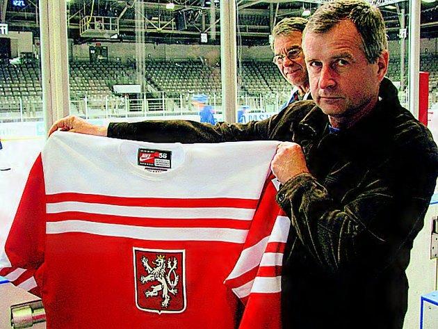 TO JE ON. S českým retro dresem se nechal vyfotit také týmový lékař Zdeněk Ziegelbauer.