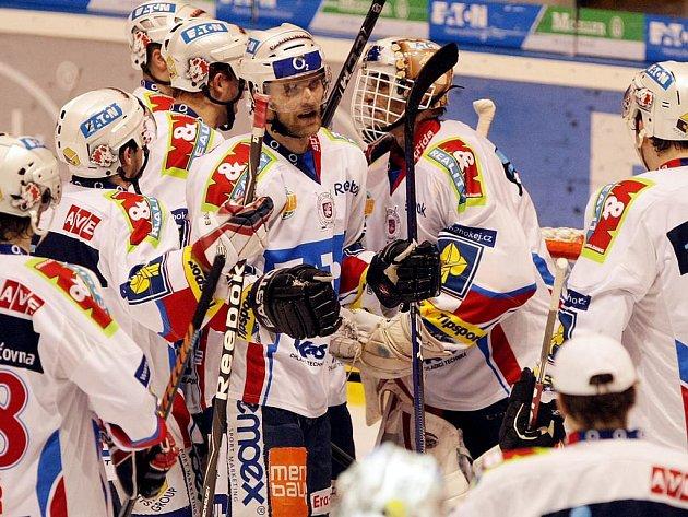 Hokejisté Pardubic oslavují vítězství nad Slavií.