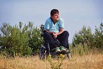 Václav Uher spadl v roce 2001 ze stromu a poranil si krční páteř. Od té doby je odkázán na invalidní vozík.