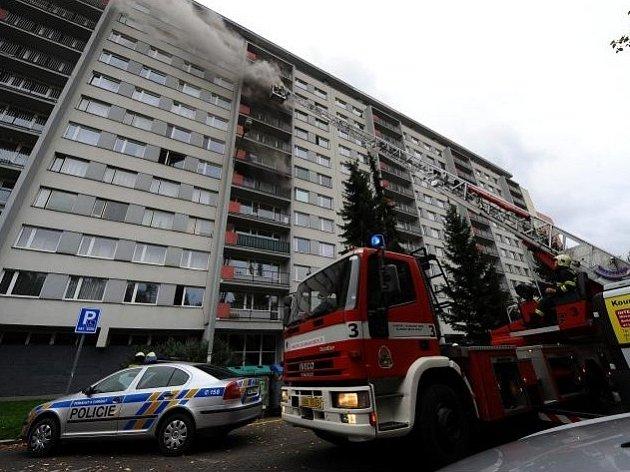 Požár v panelovém domě v pražských Kobylisích.