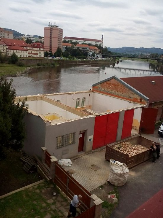 V rámci projektu byly opraveny a upraveny stávající prostory a vystavěno druhé nadzemní podlaží hasičské zbrojnice, které slouží k činnostem JSDH Horní Žleb.