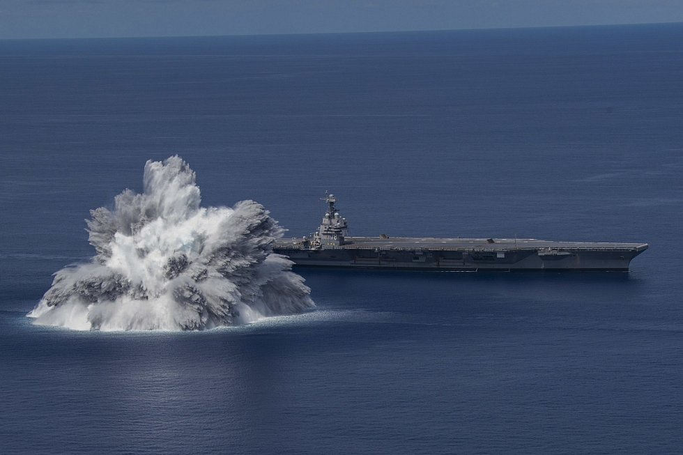 Americké námořnictvo testovalo odolnost letadlové lodi proti rázovým vlnám z výbuchů. Nechalo u ní v moři explodovat devatenáctitunovou nálož. Výbuch byl silný jako zemětřesení.