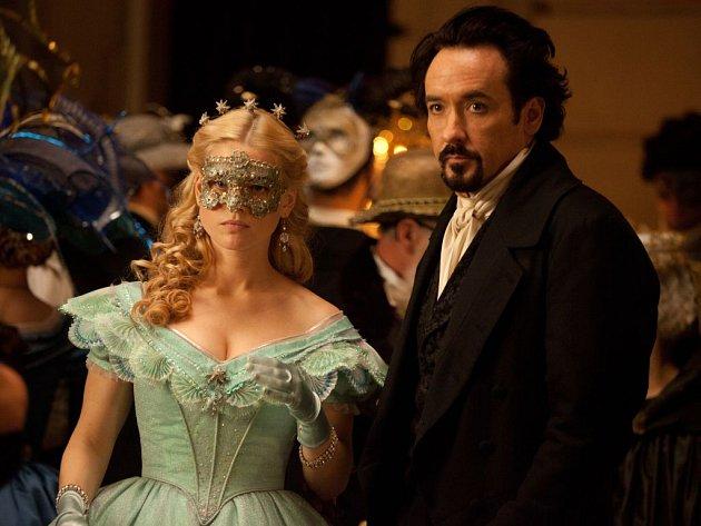 HAVRAN.  Alice Eve a John Cusack jako Emily a Edgar Allan Poe v thrilleru inspirovaném životním osudem slavného autora hororů, respektive jeho posledními měsíci.