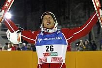 Nor Björn Einar Romören slaví výhru v úvodním závodě Světového poháru.