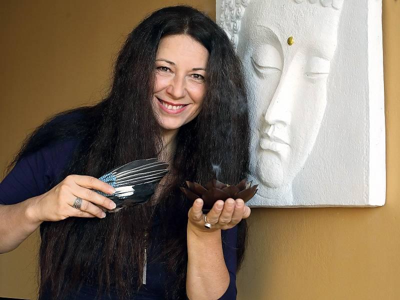 Monika Hasalová, terapeutka, průvodkyně přechodovými rituály, která vydala e-knihu Smrt je branou do života aprůvodce Smysl života po ztrátě.
