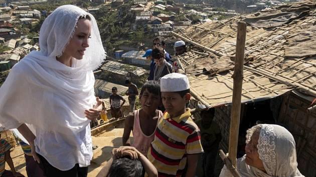 Zvláštní vyslankyně OSN Angelina Jolie navštívila uprchlický tábor pro myanmarské Rohingy v Bangladéši