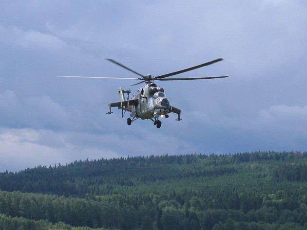 Vrtulník Mi-24 při ukázce pilotáže.