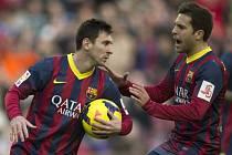 Lionel Messi (vlevo) a Jordi Alba mají o čem přemýšlet: fotbalová Barcelona doma po 25 výhrách v řadě padla.