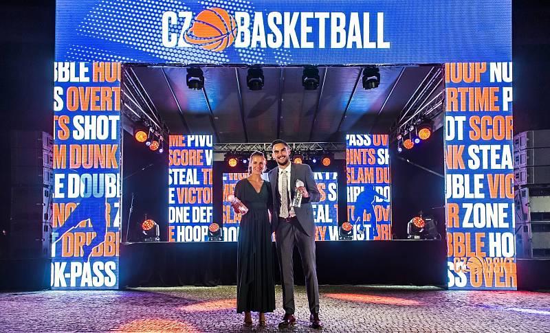 Basketbalista roku Tomáš Satoranský s vítězkou ženské kategorie Kateřinou Elhotovou