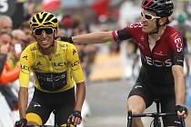 Cyklisté Geraint Thomas (vpravo) z  Británie a Egan Bernal z Kolumbie v cíli dvacáté etapy Tour de France.