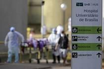Zdravotníci přivážejí jednoho z nakažených pacientů koronavirem do Fakultní nemocnice v Brasílii (na snímku z 5. srpna 2020)